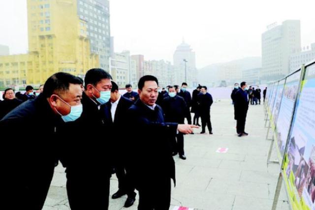 """10月16日上午,通化市""""决战决胜脱贫攻坚""""大型图片展在通化广场举行。 记者袁昊摄"""