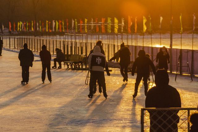 实拍长春南湖公园里滑冰的市民