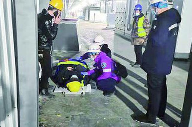 长春一工人不慎被砸伤 120紧急转运