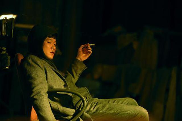 肖央在《人潮汹涌》中饰演不得志的小演员陈小萌。