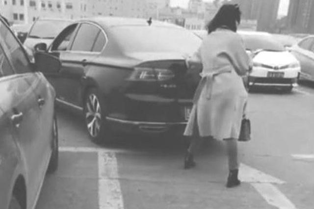 """长春一女子""""人肉占车位"""" 用手推他人车辆不让停放"""
