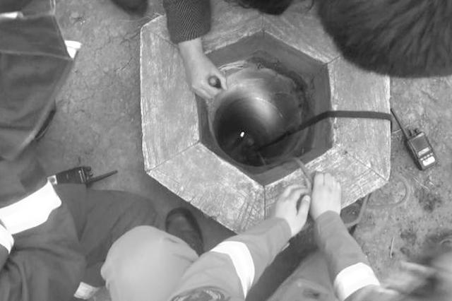 男童掉5米井下 被消防员救出