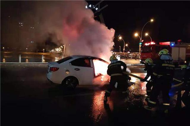 延吉一辆轿车燃烧冒出大量浓烟 幸无人员伤亡