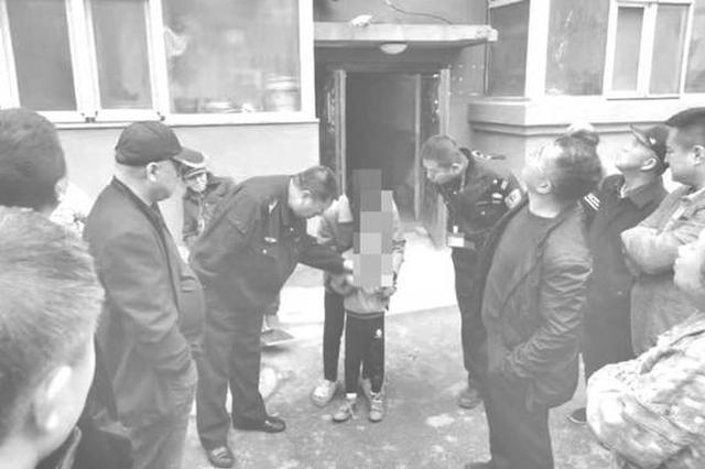 长春一幼童从三楼阳台坠下 民警和居民们用床单接住