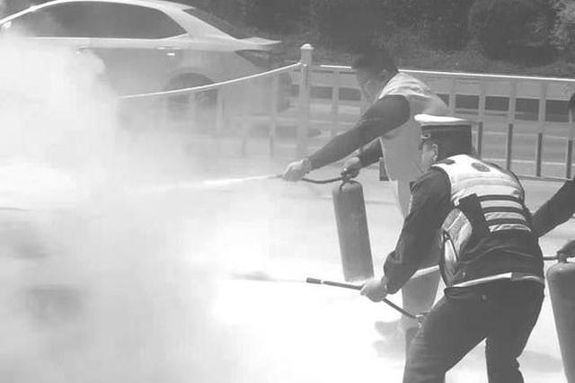 长春辆私家车当街自燃 驾驶员蒙了 警务人员出手救援