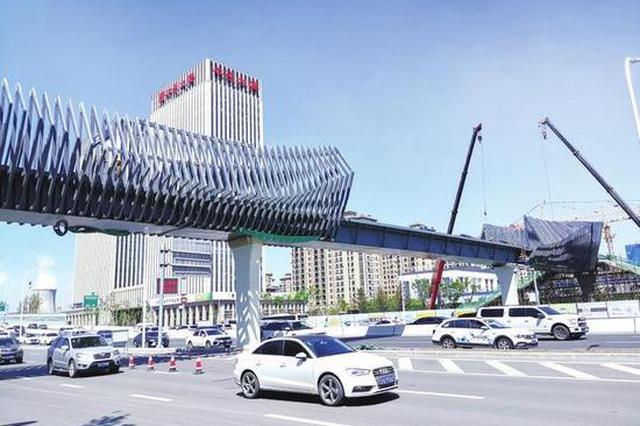 长春洋浦大街正在建一座美丽的过街天桥