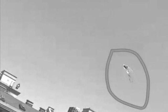 长春一男子爬上17层顶楼放风筝?胆子太大也太危险了