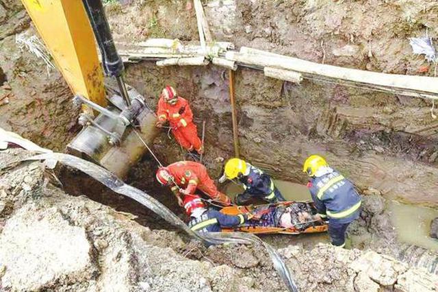 长春:施工人员意外被困泥浆中 消防员徒手挖泥救援