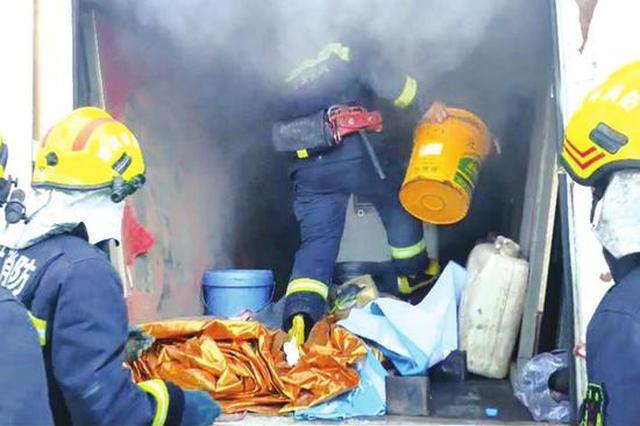 松原一货车行驶中突然起火 司机将车开到消防救援站