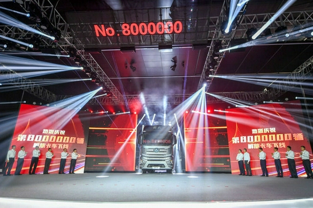 7月13日,第800万辆解放牌卡车下线仪式在位于吉林长春的一汽解放总装车间举行。新华社记者 张楠 摄