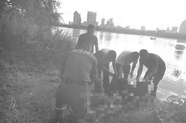 救援人员将失联男子打捞上岸