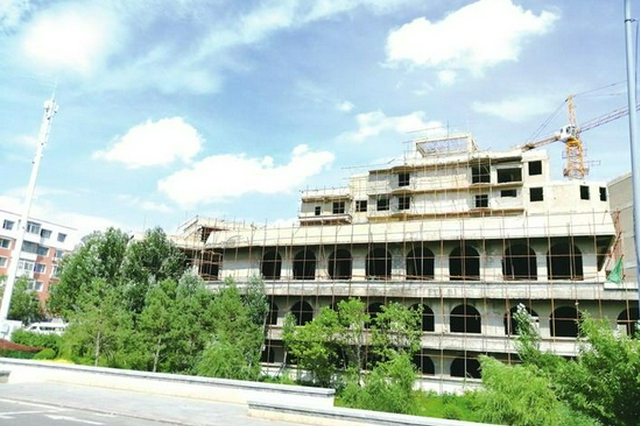 长春南湖边著名烂尾楼重新施工