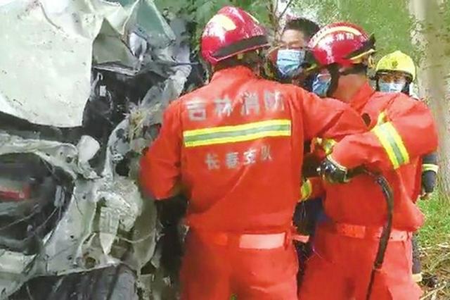 越野车撞树女司机被困 长春消防救援人员破拆营救