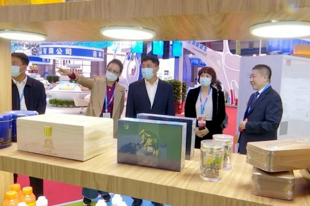 白山市领导谢忠岩马坚察看东北亚博览会白山市展位情况