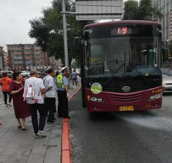 公交车突然爆响冒出白烟 长春交警第一时间疏散乘客