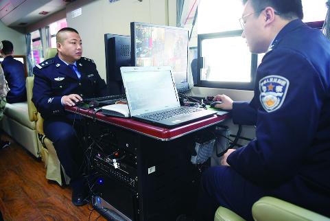 车内是办公区,电脑、电子显示屏一应俱全,并配有车载通信系统、双向语音对讲系统、执法专用笔记本等高科技设备。 石天蛟 摄