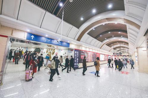 解放大路站是长春轨道交通1号线与2号线换乘站,宽敞的换乘大厅让市民享受轨道交通出行的便利。 张扬 摄