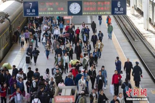 资料图:山西太原火车站,大量民众正走向站台。张云 摄