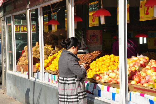如今已经接近冬日的水果摊 (摄于2011年10月)