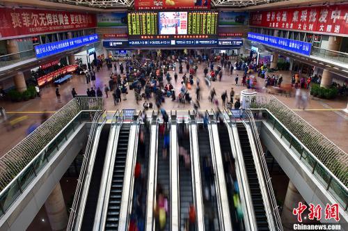 资料图:2017年春运期间的北京西站候车大厅。中新网记者 金硕 摄资料图:2017年春运期间的北京西站候车大厅。中新网记者 金硕 摄