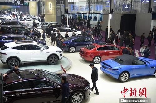 资料图:众多市民前来观看新款的汽车。中新社记者 杨华峰 摄