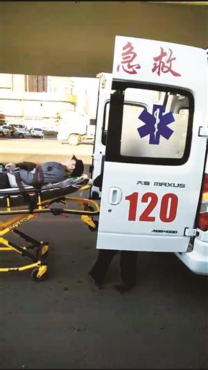 老人被急救人员接走。 市民供图