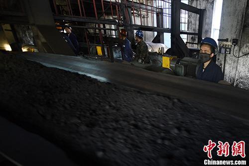资料图:洗煤厂工人生产作业。中新社记者 韦亮 摄
