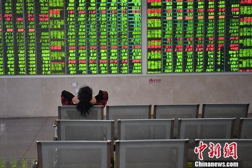 10月29日,成都某证券营业部的股民关注大盘走势。 张浪 摄