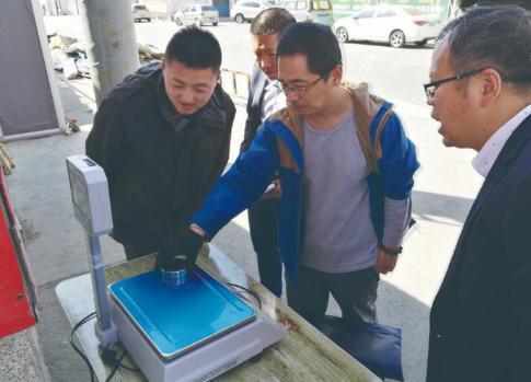 工作人员检测电子计量秤。 本组图片由绿园工商分局提供