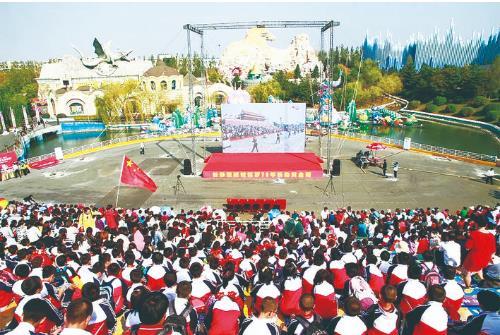 国庆期间,来到长影世纪城游玩的游客,不仅能够体验景区内各种新奇的游乐设施,还在10月1日当天共同收看了庆祝中华人民共和国成立70周年大会直播。 图片由长影世纪城提供