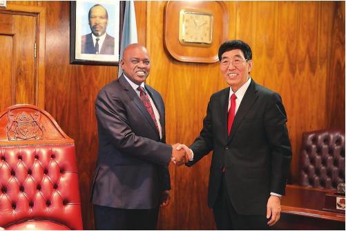 4月8日,博茨瓦纳总统马西西在哈博罗内会见了中共中央委员、吉林省委书记巴音朝鲁率领的中共代表团。