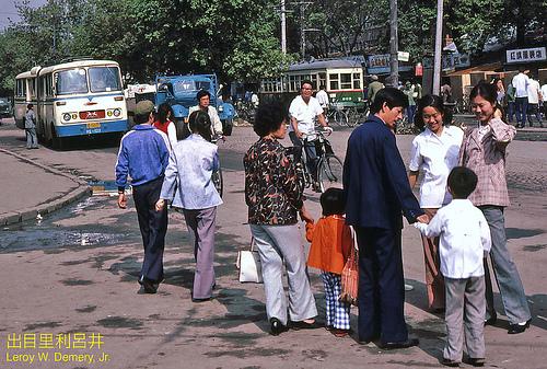 图为1980年代的红旗街街景照片,其时的风貌还近似于幽静的小镇。如今的红旗街,已经带上了浓浓的大都市气质。