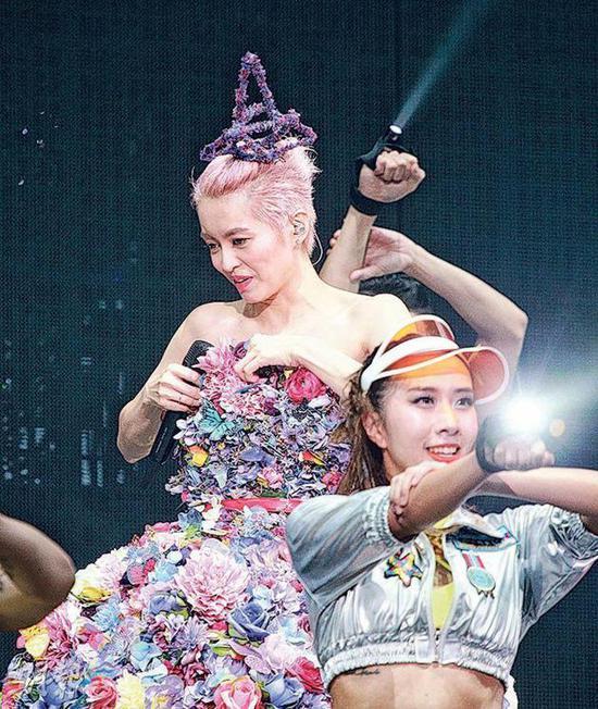 """梁咏琪跳完舞拉一下裙子,向观众说:""""跳到裙都甩(裙子差儿点掉了),有没有看到什么?"""""""