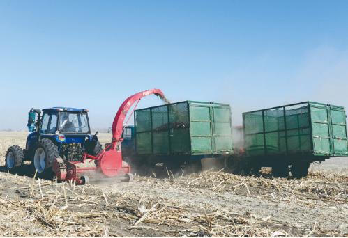 农业机械化助力长春市农业发展。图为农民驾驶农机进行秸秆回收。孙建一 摄