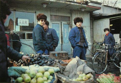 图为拍摄于80年代冬季菜市场的水果摊照片。