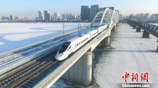 图为高铁动车通过松花江特大桥。(中国铁路哈尔滨局集团有限公司提供)