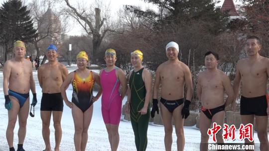 冬泳爱好者准备下水。柴家权 摄