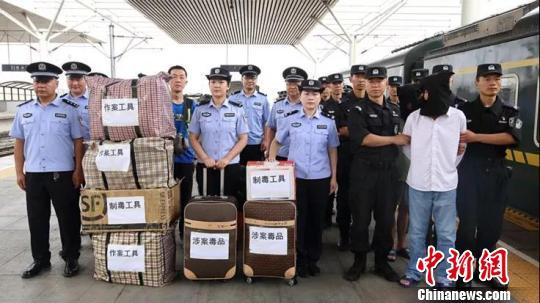 河南警方洗浴哹�j�n�_内蒙古警方破获特大贩毒案:缴获毒品胶囊超7万粒