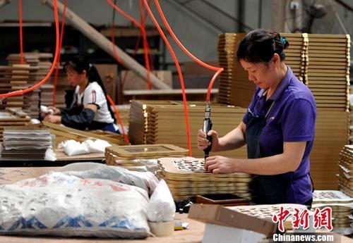资料图:厦门一企业生产车间,工人正在流水线上作业。(资料图片) 中新社记者 张斌 摄