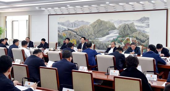 景俊海主持召开省政府2018年第5次常务会议。邹乃硕 摄 来源:吉林省政府网站