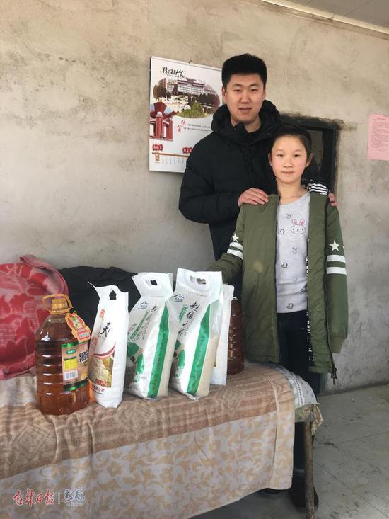李依泽和他帮扶的留守儿童