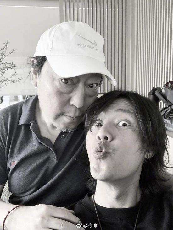 陈坤与倪大红合影。
