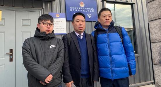 金哲宏的两名代理律师与金哲宏的儿子今天上午进入吉林省高院听候宣判。新京报记者 王巍 摄