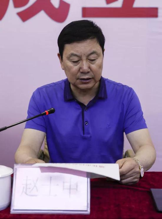 市民政局局长赵士中同志宣读《关于同意成立通化市互联网业联合会的批复》