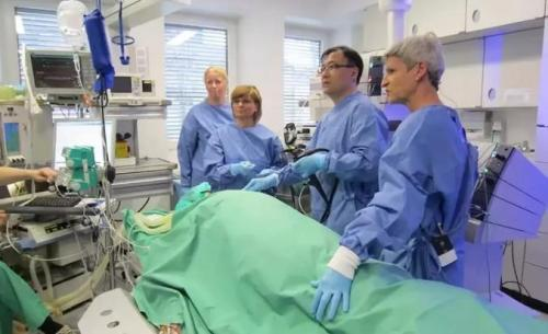 2012年,在德国杜塞尔多夫举办的第14届世界消化内镜大会上,周平红(右二)现场演示治疗贲门失弛缓症的POEM手术。受访者供图