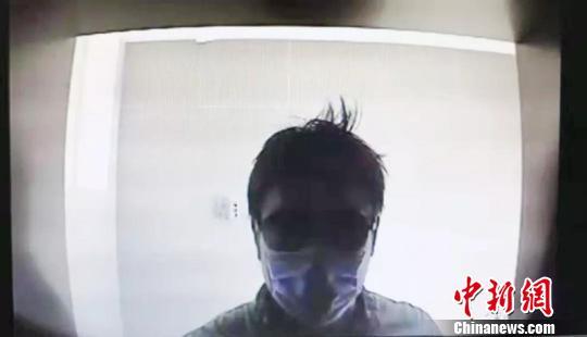 图为犯罪嫌疑人ATM机前图像。警方供图
