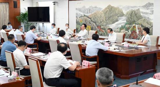 7月25日,吉林省委副书记、省长景俊海主持召开吉林省政府党组(扩大)会议。邹乃硕 摄