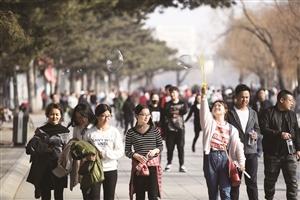 25日,长春市最高气温超过20℃,年轻人在南湖公园里尽情玩耍。本组摄影 石天蛟