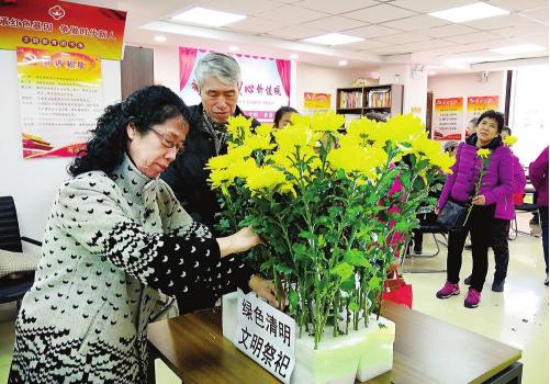 清明节将至,长春市二道区吉林街道安乐社区的居民们用鲜花、网络祭祀等文明祭祀方式祭奠先人。 本报记者 王萌 摄