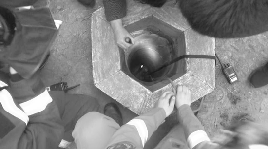井口狭小。